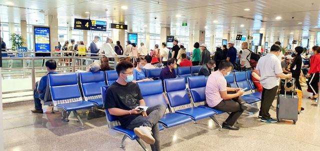 TP HCM: Giá vé máy bay cao, nhiều người vẫn phải mua để về quê  - Ảnh 1.