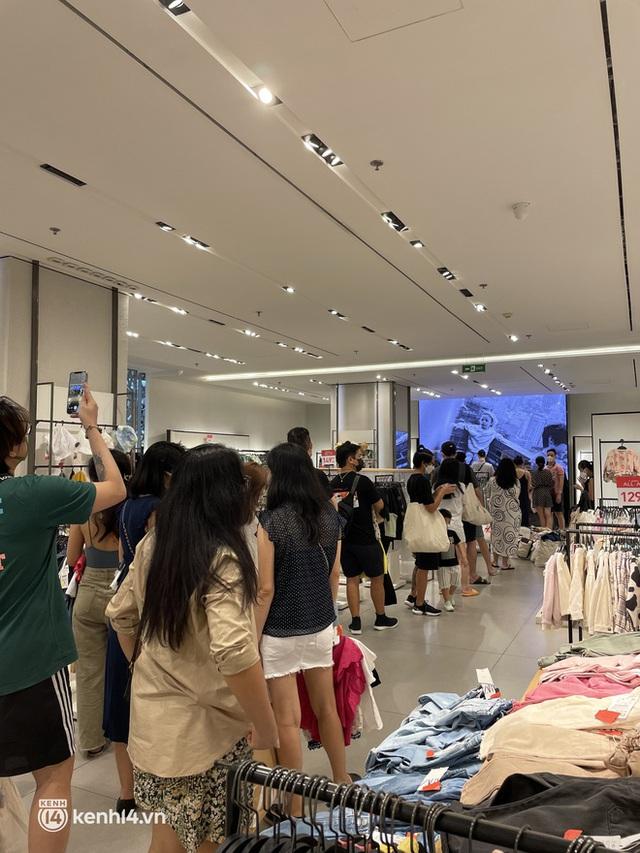 Sài Gòn: Dân tình mua sắm phục thù, xếp hàng dài mua cả bao tải đồ sale, có người chờ không nổi đành bỏ ngang ra về - Ảnh 1.