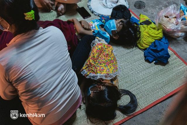 Đôi chân phồng rộp trên hành trình đi bộ hồi hương của những lao động nghèo, cả gia đình 4 người chỉ có 7.000 đồng dắt lưng - Ảnh 21.