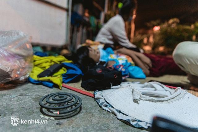 Đôi chân phồng rộp trên hành trình đi bộ hồi hương của những lao động nghèo, cả gia đình 4 người chỉ có 7.000 đồng dắt lưng - Ảnh 24.