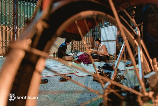 Đôi chân phồng rộp trên hành trình đi bộ hồi hương của những lao động nghèo, cả gia đình 4 người chỉ có 7.000 đồng dắt lưng - Ảnh 26.