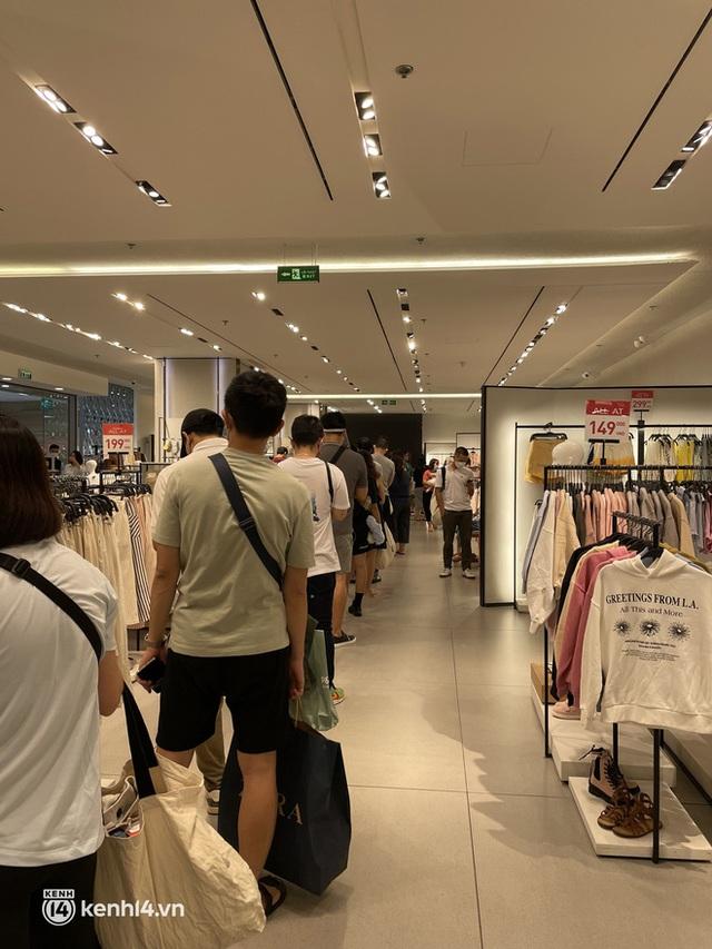Sài Gòn: Dân tình mua sắm phục thù, xếp hàng dài mua cả bao tải đồ sale, có người chờ không nổi đành bỏ ngang ra về - Ảnh 4.