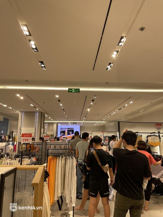 Sài Gòn: Dân tình mua sắm phục thù, xếp hàng dài mua cả bao tải đồ sale, có người chờ không nổi đành bỏ ngang ra về - Ảnh 5.