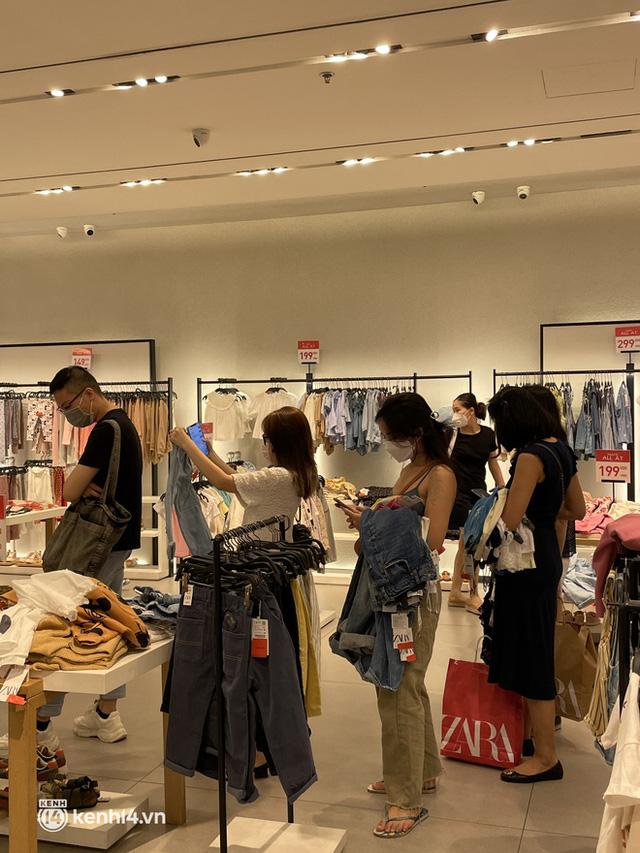 Sài Gòn: Dân tình mua sắm phục thù, xếp hàng dài mua cả bao tải đồ sale, có người chờ không nổi đành bỏ ngang ra về - Ảnh 6.