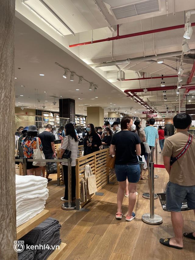 Sài Gòn: Dân tình mua sắm phục thù, xếp hàng dài mua cả bao tải đồ sale, có người chờ không nổi đành bỏ ngang ra về - Ảnh 7.