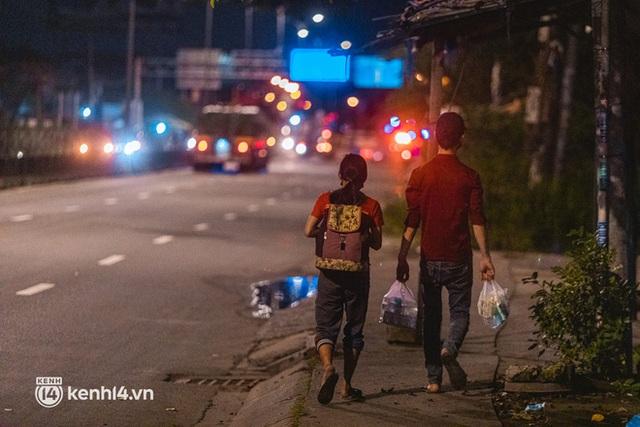 Đôi chân phồng rộp trên hành trình đi bộ hồi hương của những lao động nghèo, cả gia đình 4 người chỉ có 7.000 đồng dắt lưng - Ảnh 10.