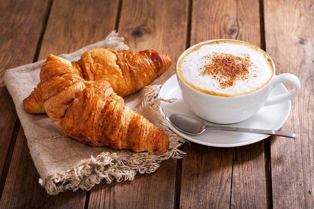 Có 5 món ăn sáng rất quen thuộc nhưng lại không hề tốt cho sức khỏe, đặc biệt khiến bạn tăng cân nhanh chóng - Ảnh 1.