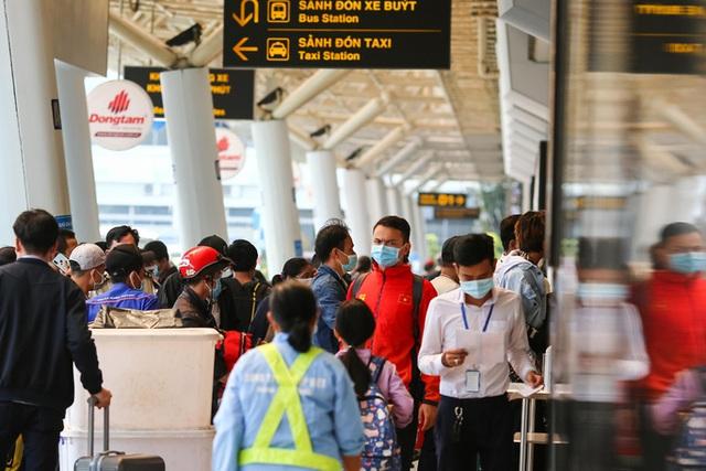 Cận cảnh sân bay Tân Sơn Nhất ngày 20 tháng Chạp - Ảnh 2.