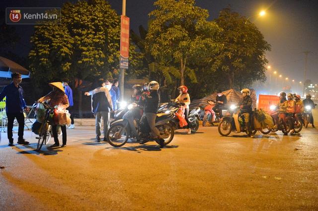 Hà Nội có thêm ca mắc Covid-19, hàng trăm người dân Mê Linh bất ngờ quay xe vì đường về nhà bị phong toả - Ảnh 1.
