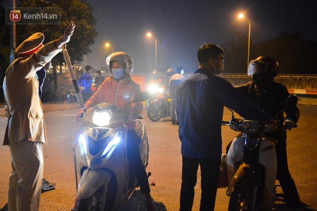 Hà Nội có thêm ca mắc Covid-19, hàng trăm người dân Mê Linh bất ngờ quay xe vì đường về nhà bị phong toả - Ảnh 2.