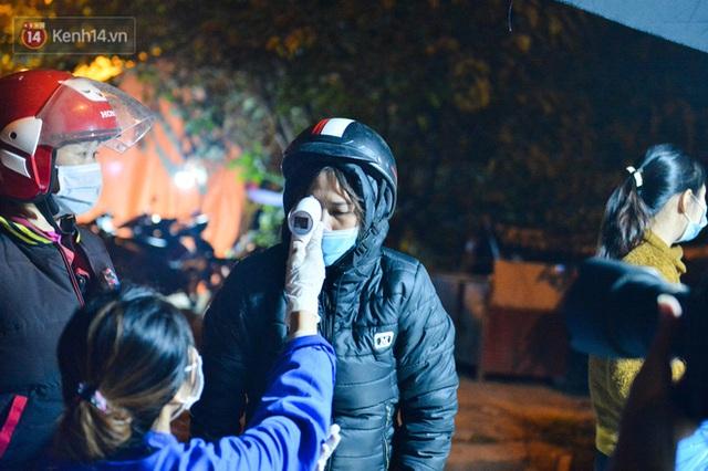 Hà Nội có thêm ca mắc Covid-19, hàng trăm người dân Mê Linh bất ngờ quay xe vì đường về nhà bị phong toả - Ảnh 11.