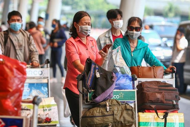 Cận cảnh sân bay Tân Sơn Nhất ngày 20 tháng Chạp - Ảnh 3.