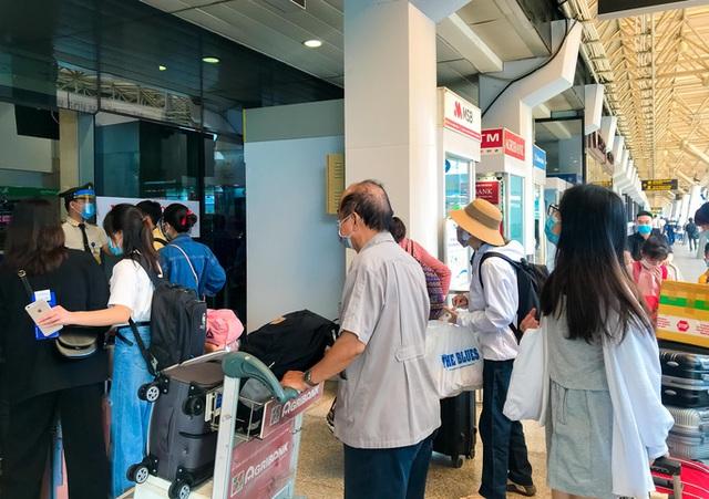 Cận cảnh sân bay Tân Sơn Nhất ngày 20 tháng Chạp - Ảnh 4.