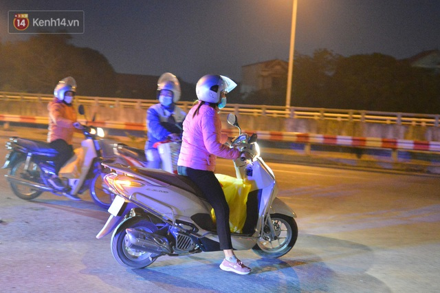 Hà Nội có thêm ca mắc Covid-19, hàng trăm người dân Mê Linh bất ngờ quay xe vì đường về nhà bị phong toả - Ảnh 4.