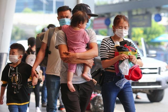 Cận cảnh sân bay Tân Sơn Nhất ngày 20 tháng Chạp - Ảnh 5.