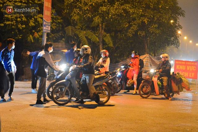 Hà Nội có thêm ca mắc Covid-19, hàng trăm người dân Mê Linh bất ngờ quay xe vì đường về nhà bị phong toả - Ảnh 5.