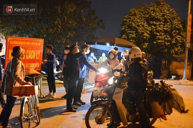 Hà Nội có thêm ca mắc Covid-19, hàng trăm người dân Mê Linh bất ngờ quay xe vì đường về nhà bị phong toả - Ảnh 6.