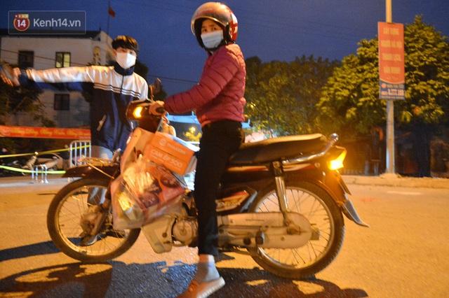 Hà Nội có thêm ca mắc Covid-19, hàng trăm người dân Mê Linh bất ngờ quay xe vì đường về nhà bị phong toả - Ảnh 7.