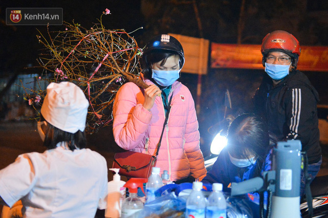 Hà Nội có thêm ca mắc Covid-19, hàng trăm người dân Mê Linh bất ngờ quay xe vì đường về nhà bị phong toả - Ảnh 9.