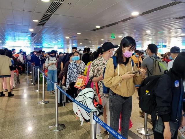 Cận cảnh sân bay Tân Sơn Nhất ngày 20 tháng Chạp - Ảnh 10.