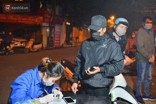Hà Nội có thêm ca mắc Covid-19, hàng trăm người dân Mê Linh bất ngờ quay xe vì đường về nhà bị phong toả - Ảnh 10.