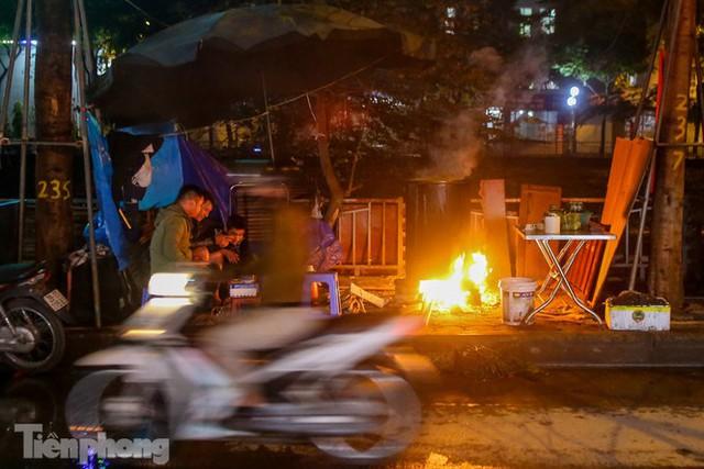 Người dân Thủ đô thức xuyên đêm canh nồi bánh chưng trên vỉa hè - Ảnh 1.
