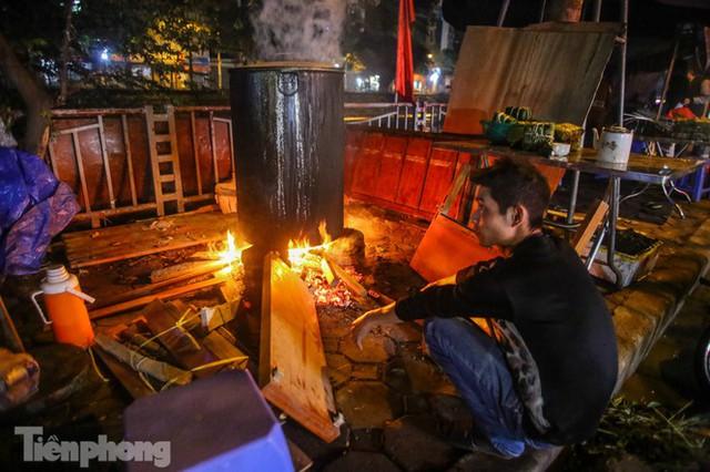 Người dân Thủ đô thức xuyên đêm canh nồi bánh chưng trên vỉa hè - Ảnh 2.
