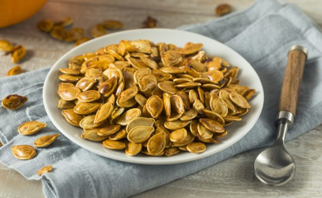 Ăn hạt bí ngô ngày Tết bồi bổ nội tạng, giúp giảm cân nhưng cần lưu ý 4 việc kẻo hại cơ thể - Ảnh 1.