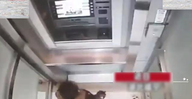Cậu bé 5 tuổi một mình đi vào cây ATM, hành động sau đó khiến nhân viên ngân hàng kinh ngạc: Đứa trẻ này quá thông minh! - Ảnh 1.