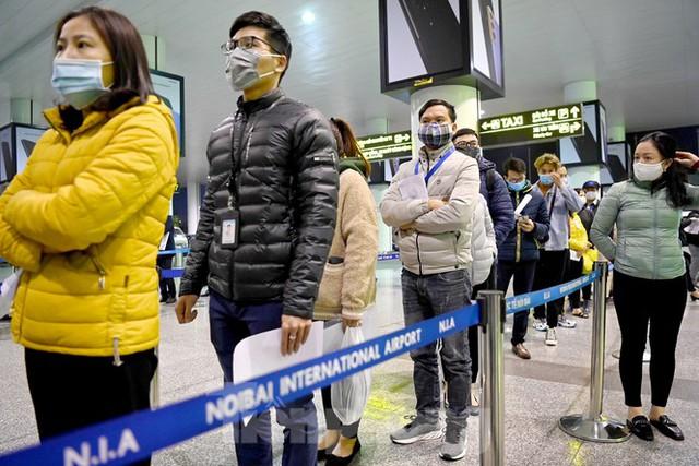Trắng đêm xét nghiệm COVID-19 khẩn cấp cho 10.000 nhân viên sân bay Nội Bài - Ảnh 1.
