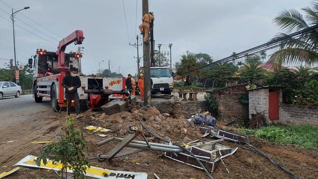 Xe tải tông cột điện bay 200 mét, tài xế thoát chết trong gang tấc - Ảnh 1.