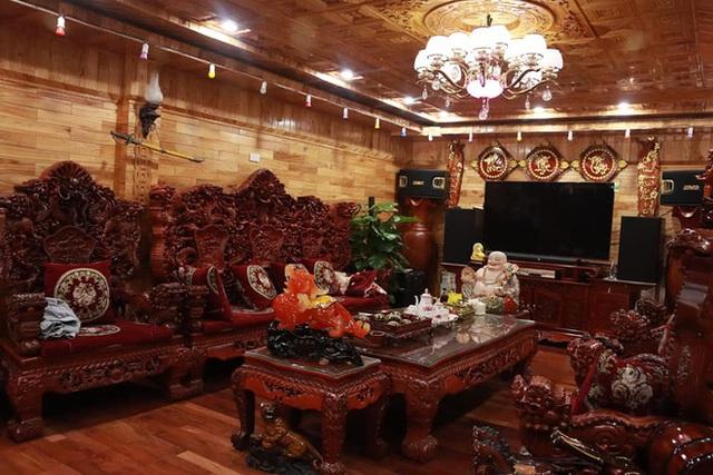 Choáng với ngôi nhà dùng toàn gỗ hương quý hiếm, riêng bộ bàn ghế gỗ Rồng Khay Tứ Linh tốn 800 triệu - Ảnh 1.