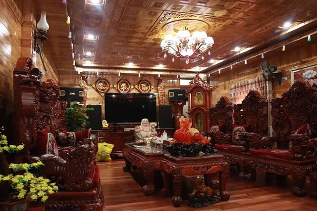 Choáng với ngôi nhà dùng toàn gỗ hương quý hiếm, riêng bộ bàn ghế gỗ Rồng Khay Tứ Linh tốn 800 triệu - Ảnh 2.