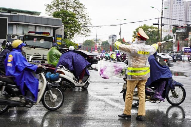 [Ảnh] Người dân Hà Nội ùn ùn về quê ăn Tết dưới trời mưa rét sau ngày làm việc cuối cùng của năm - Ảnh 11.
