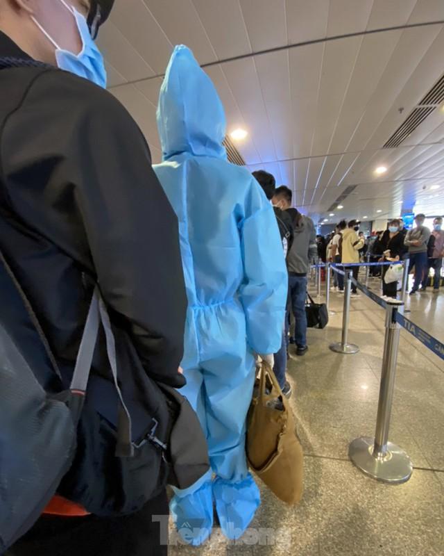 Hành khách mặc áo mưa, bảo hộ kín mít khi đi máy bay tại Tân Sơn Nhất - Ảnh 11.