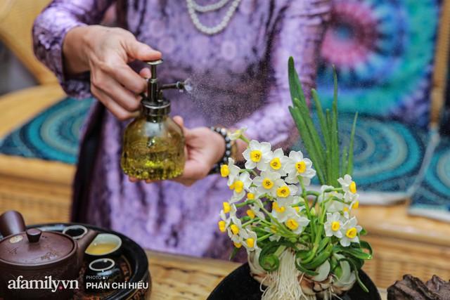 """Người phụ nữ biến củ trông như hành tây trở thành cánh hoa """"chén vàng đĩa bạc"""" - thú chơi hoa cực tao nhã ngày Tết của người Hà Nội mà gần như sắp thất truyền - Ảnh 18."""