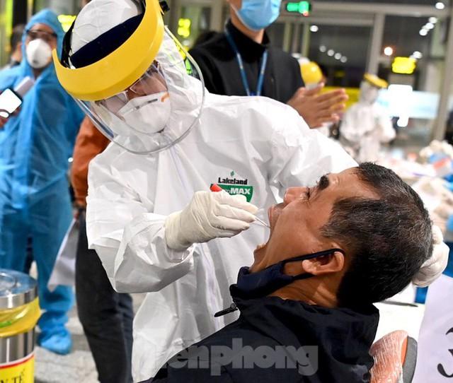 Trắng đêm xét nghiệm COVID-19 khẩn cấp cho 10.000 nhân viên sân bay Nội Bài - Ảnh 3.