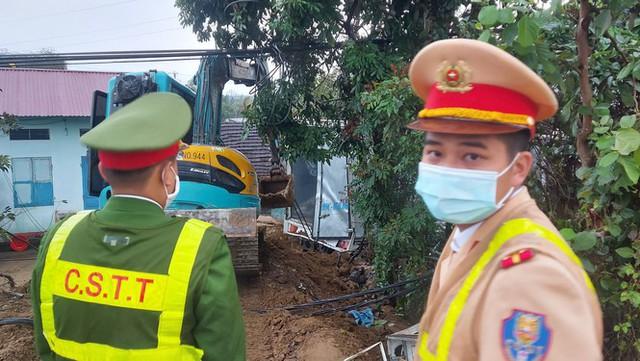 Xe tải tông cột điện bay 200 mét, tài xế thoát chết trong gang tấc - Ảnh 3.
