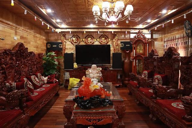 Choáng với ngôi nhà dùng toàn gỗ hương quý hiếm, riêng bộ bàn ghế gỗ Rồng Khay Tứ Linh tốn 800 triệu - Ảnh 3.