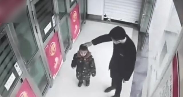 Cậu bé 5 tuổi một mình đi vào cây ATM, hành động sau đó khiến nhân viên ngân hàng kinh ngạc: Đứa trẻ này quá thông minh! - Ảnh 4.