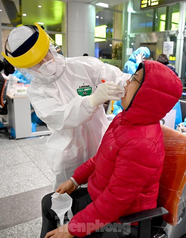 Trắng đêm xét nghiệm COVID-19 khẩn cấp cho 10.000 nhân viên sân bay Nội Bài - Ảnh 4.