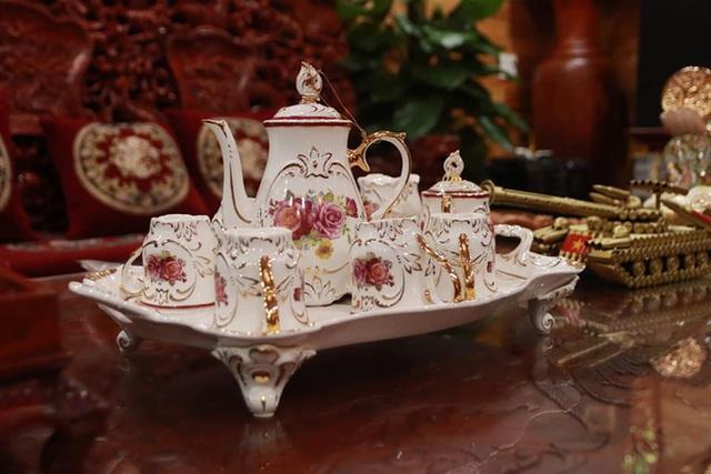 Choáng với ngôi nhà dùng toàn gỗ hương quý hiếm, riêng bộ bàn ghế gỗ Rồng Khay Tứ Linh tốn 800 triệu - Ảnh 4.