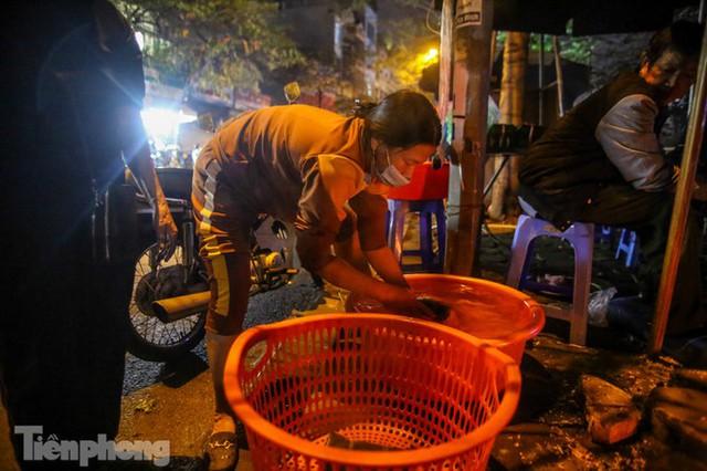 Người dân Thủ đô thức xuyên đêm canh nồi bánh chưng trên vỉa hè - Ảnh 5.