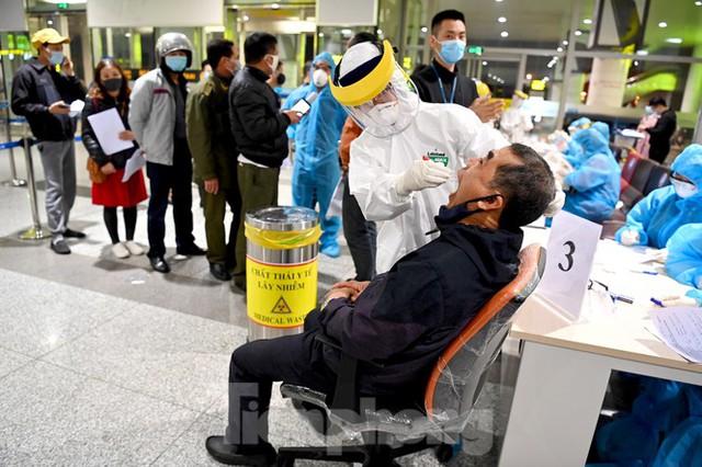 Trắng đêm xét nghiệm COVID-19 khẩn cấp cho 10.000 nhân viên sân bay Nội Bài - Ảnh 5.