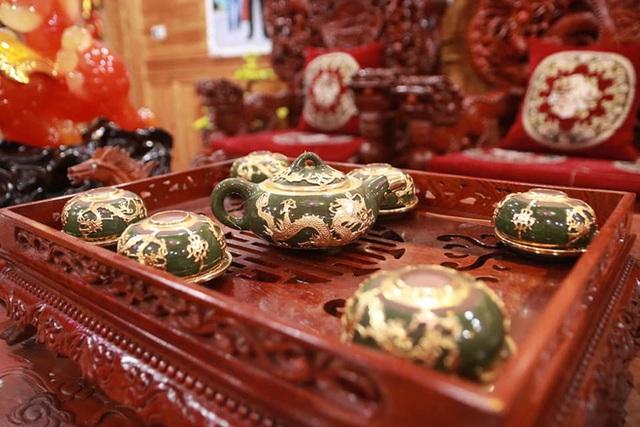 Choáng với ngôi nhà dùng toàn gỗ hương quý hiếm, riêng bộ bàn ghế gỗ Rồng Khay Tứ Linh tốn 800 triệu - Ảnh 5.