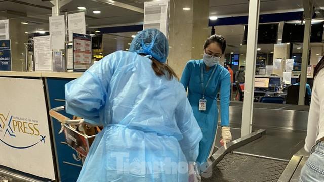 Hành khách mặc áo mưa, bảo hộ kín mít khi đi máy bay tại Tân Sơn Nhất - Ảnh 6.