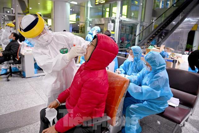 Trắng đêm xét nghiệm COVID-19 khẩn cấp cho 10.000 nhân viên sân bay Nội Bài - Ảnh 7.