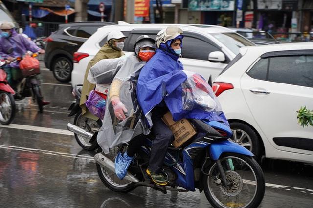 [Ảnh] Người dân Hà Nội ùn ùn về quê ăn Tết dưới trời mưa rét sau ngày làm việc cuối cùng của năm - Ảnh 8.