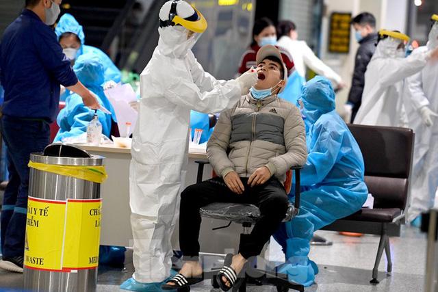 Trắng đêm xét nghiệm COVID-19 khẩn cấp cho 10.000 nhân viên sân bay Nội Bài - Ảnh 8.