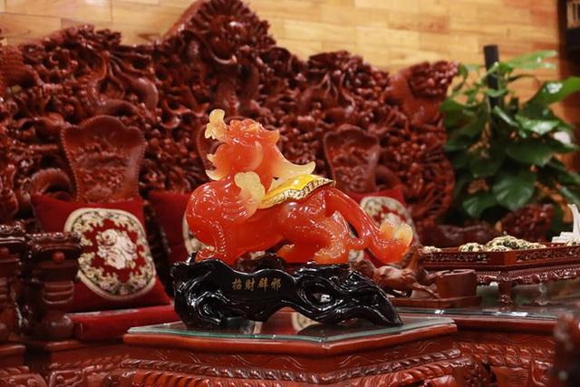 Choáng với ngôi nhà dùng toàn gỗ hương quý hiếm, riêng bộ bàn ghế gỗ Rồng Khay Tứ Linh tốn 800 triệu - Ảnh 8.